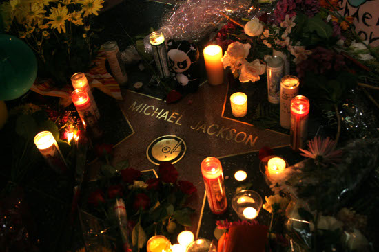michael-jackson-fans-leave-memorial-at-hollywood-star1