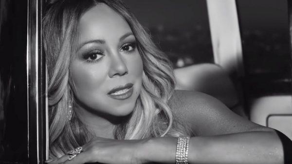 Czarno-biala Mariah Carey naulicach Nowego Jorku