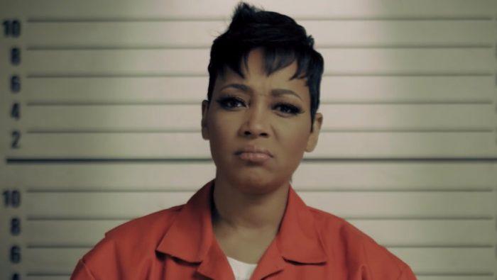 Monica zamknieta wwieziennej celi wteledysku doCommitment