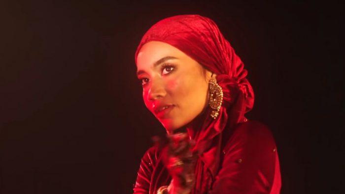 Yuna wrytmie Bollywood opowiada oniewłaściwej miłości