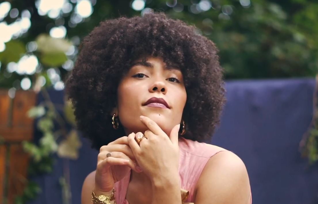 Madison McFerrin w teledysku do No Room